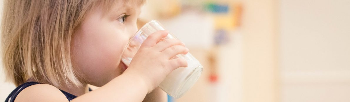 Tyttö juo lasista maitoa